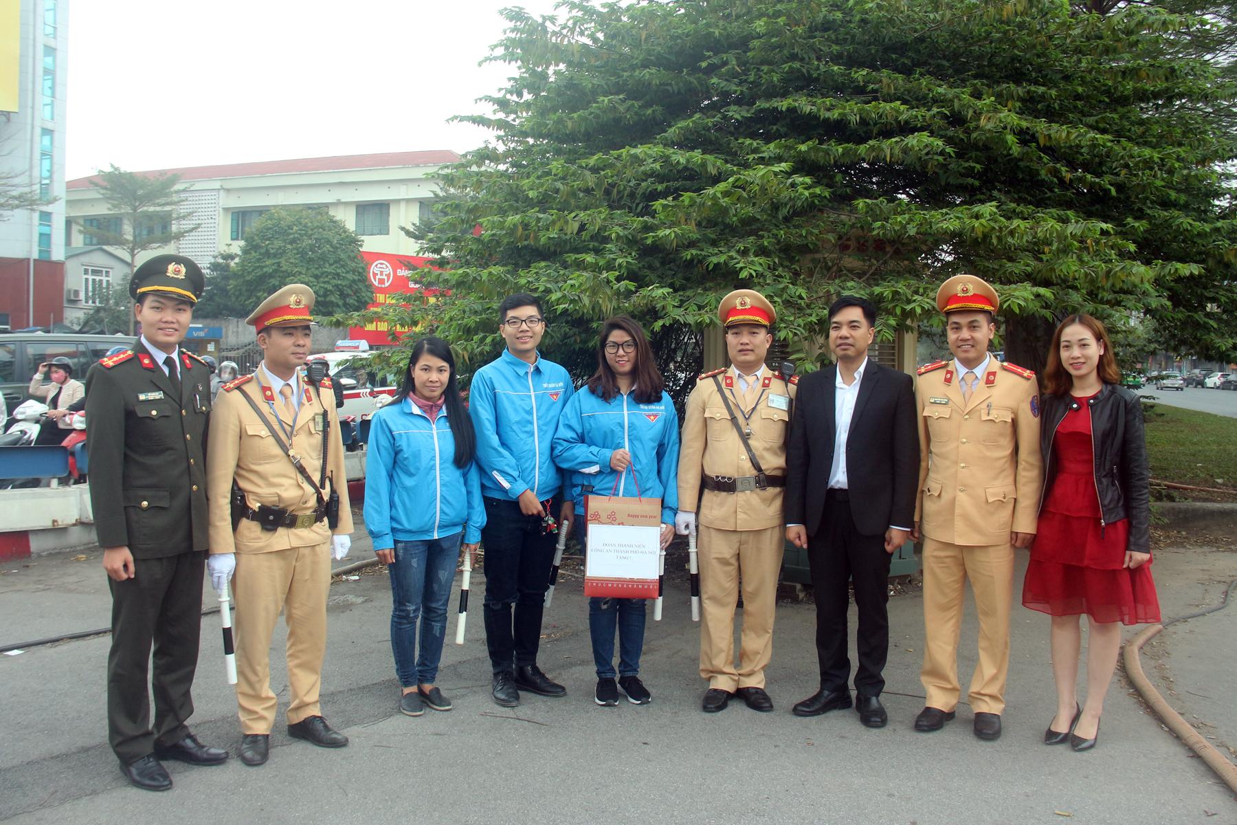 Tuổi trẻ Công an Thủ đô tặng quà CSGT làm nhiệm vụ dịp Tết