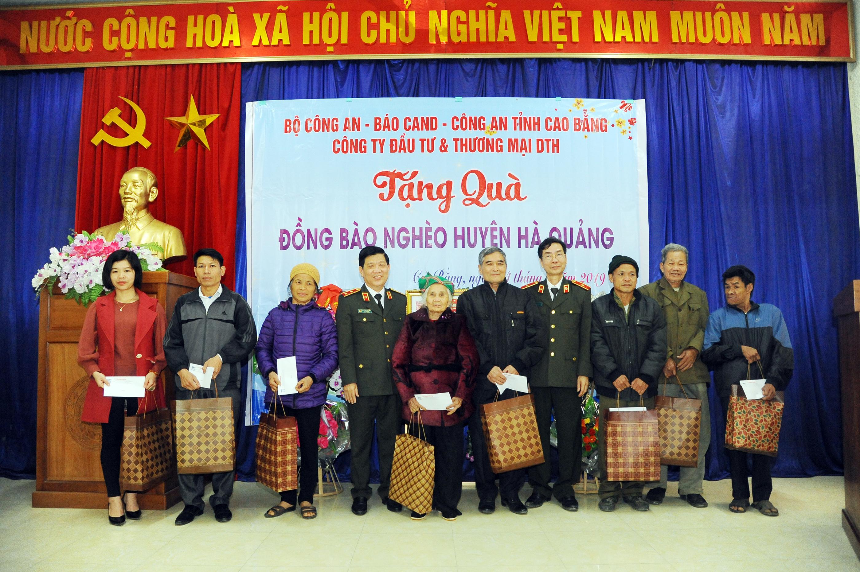 Thứ trưởng Nguyễn Văn Sơn tặng quà đồng bào nghèo ở Cao Bằng