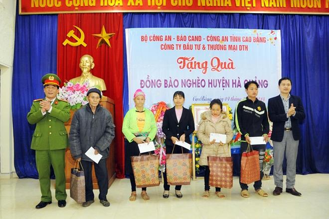 Thứ trưởng Nguyễn Văn Sơn tặng quà đồng bào nghèo ở Cao Bằng - Ảnh minh hoạ 12