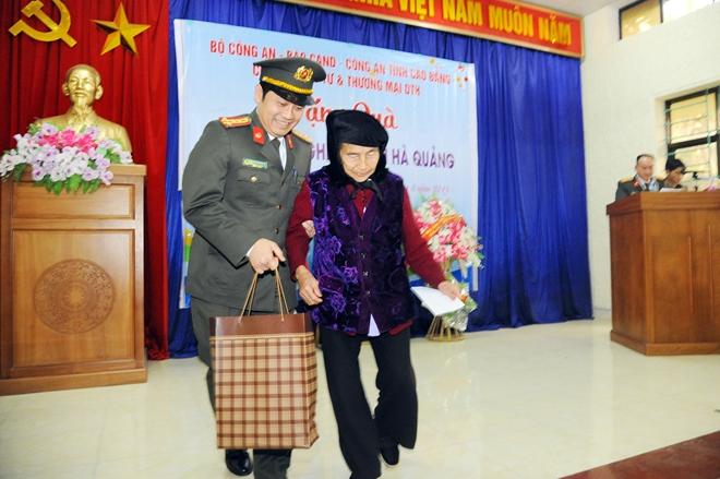 Thứ trưởng Nguyễn Văn Sơn tặng quà đồng bào nghèo ở Cao Bằng - Ảnh minh hoạ 13