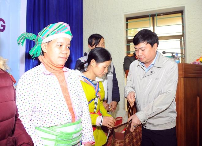 Thứ trưởng Nguyễn Văn Sơn tặng quà đồng bào nghèo ở Cao Bằng - Ảnh minh hoạ 8