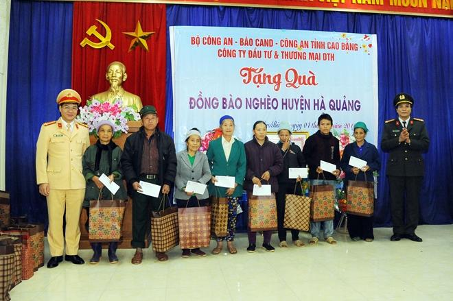Thứ trưởng Nguyễn Văn Sơn tặng quà đồng bào nghèo ở Cao Bằng - Ảnh minh hoạ 11