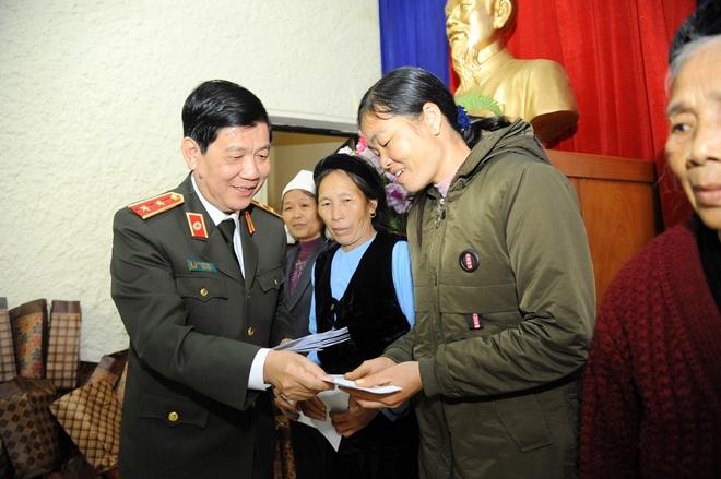 Thứ trưởng Nguyễn Văn Sơn tặng quà đồng bào nghèo ở Cao Bằng - Ảnh minh hoạ 4