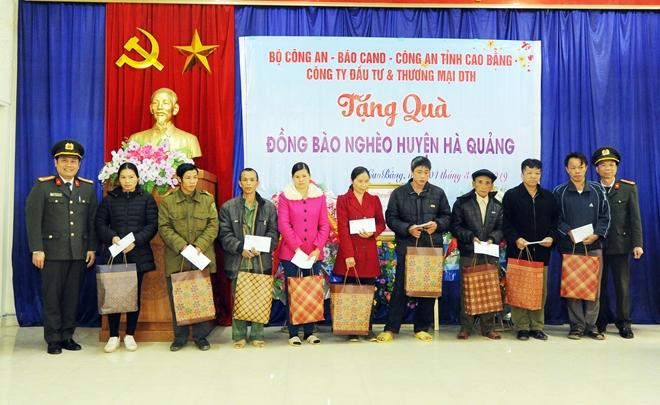 Thứ trưởng Nguyễn Văn Sơn tặng quà đồng bào nghèo ở Cao Bằng - Ảnh minh hoạ 9