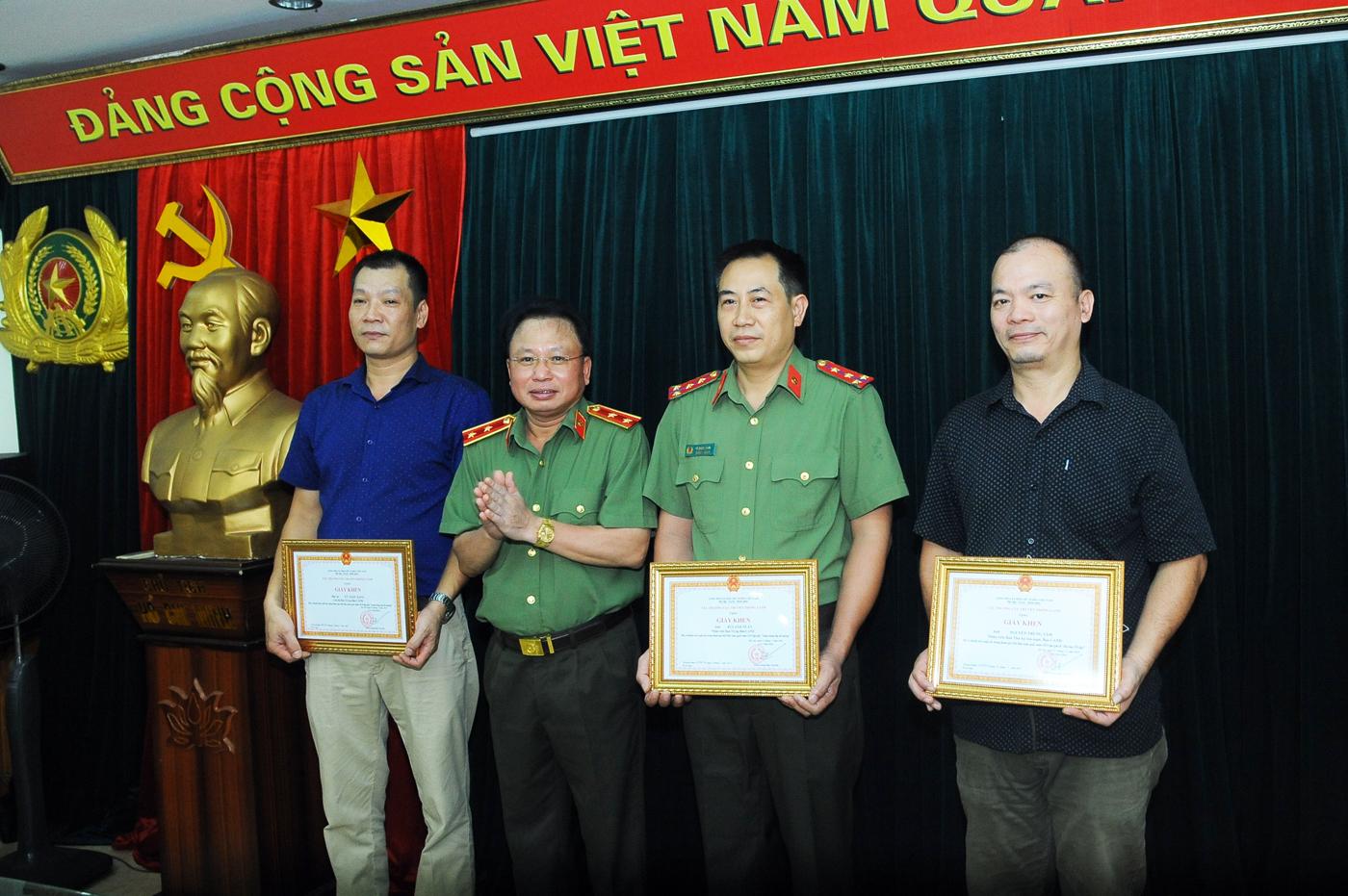 Khen thưởng các cá nhân có nhiều thành tích trong Hội Báo toàn quốc 2019