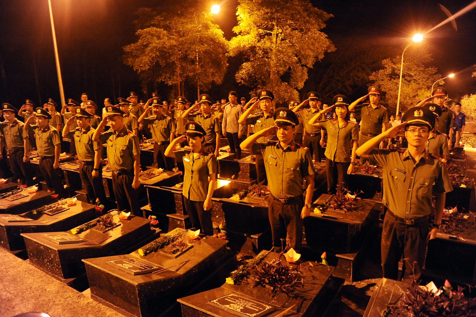 Trăm ngọn nến lung linh tri ân các anh hùng, liệt sỹ tại Nghĩa trang Trà Lĩnh