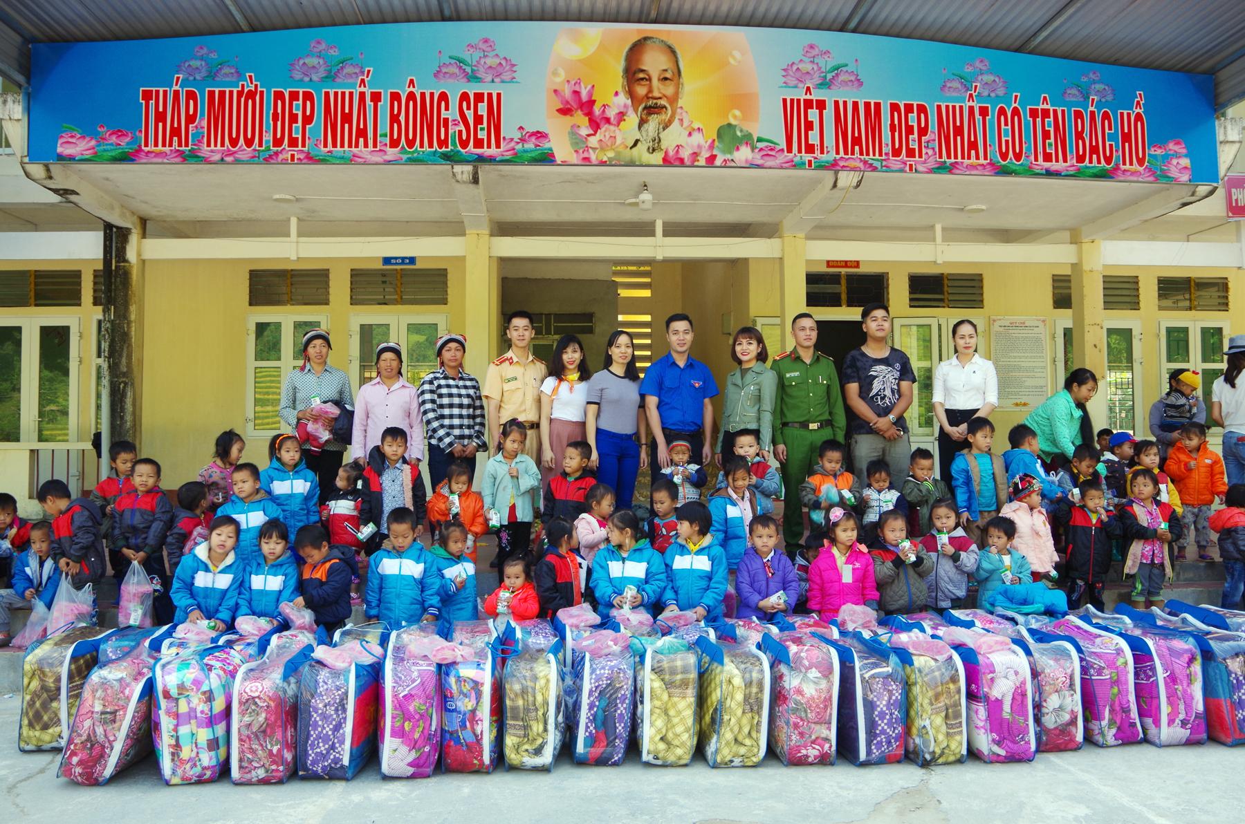 Sẻ chia khó khăn với các em học sinh vùng biên tại Hà Giang