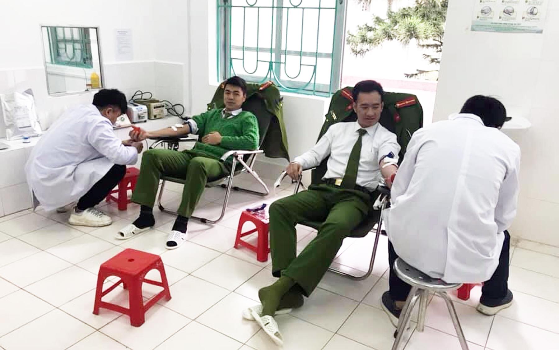 Hai chiến sỹ Công an Cao Bằng hiến máu kịp thời cho bệnh nhân