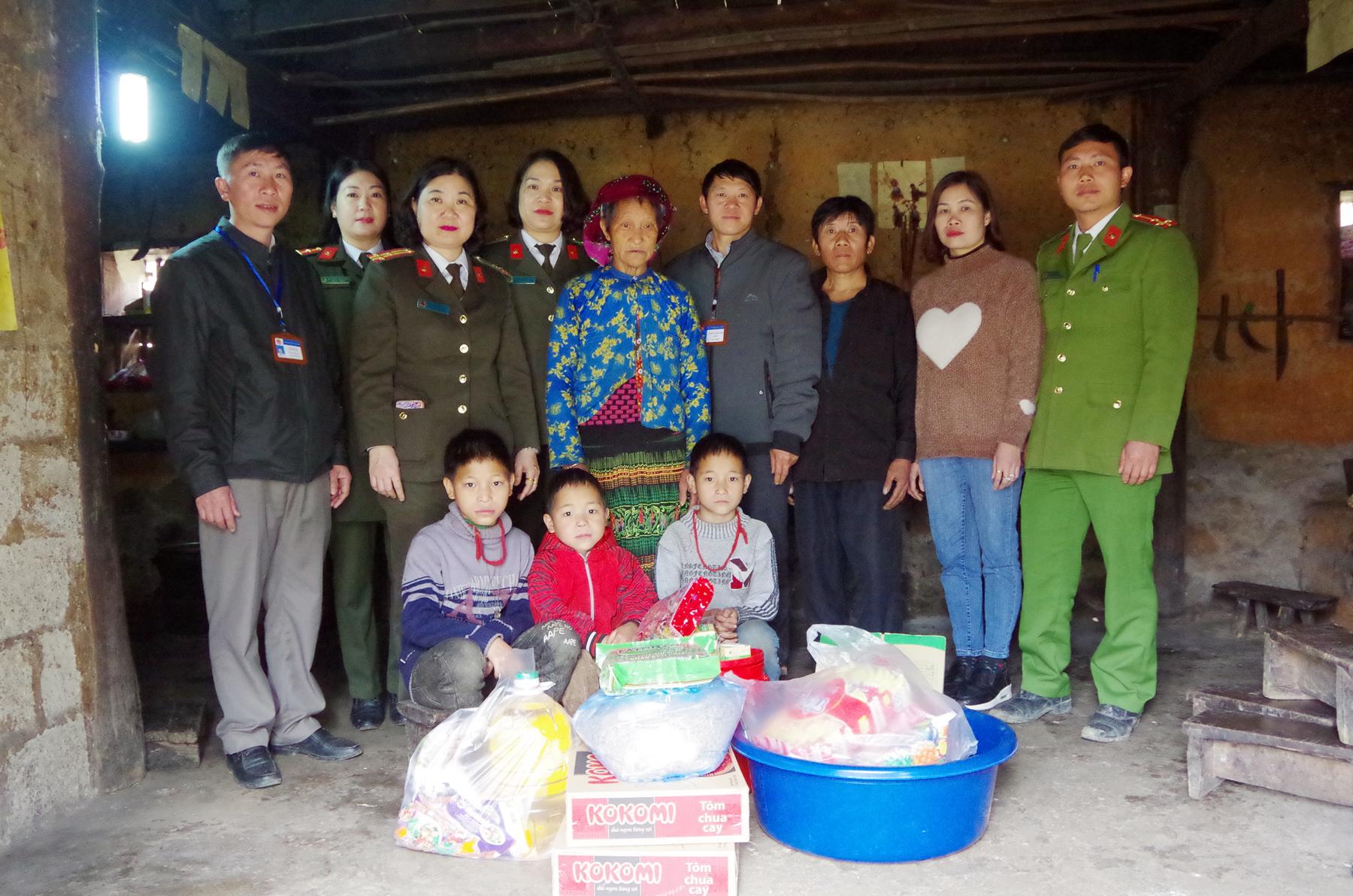 Công an Hà Giang hỗ trợ 3 cháu nhỏ hoàn cảnh khó khăn huyện Đồng Văn