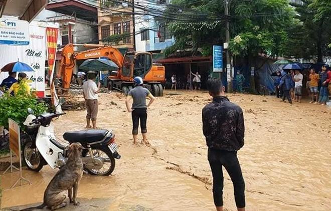 Dầm mình trong mưa bùn, nỗ lực giúp dân - Ảnh minh hoạ 2
