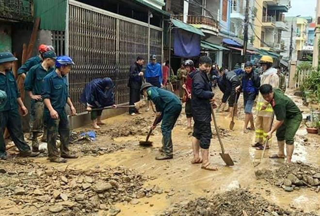 Dầm mình trong mưa bùn, nỗ lực giúp dân