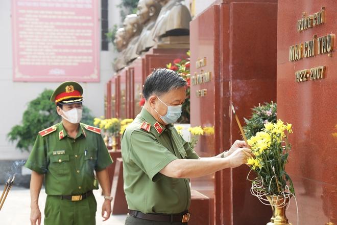 Bộ trưởng Tô Lâm dâng hương tưởng niệm Chủ tịch Hồ Chí Minh - Ảnh minh hoạ 5