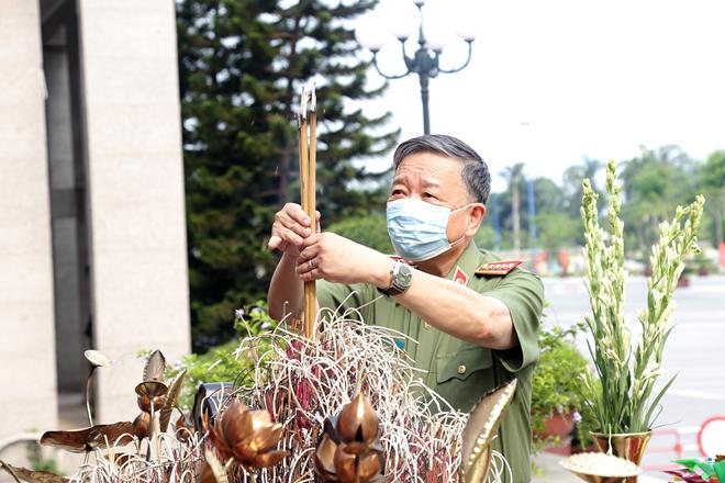 Bộ trưởng Tô Lâm dâng hương tưởng niệm Chủ tịch Hồ Chí Minh - Ảnh minh hoạ 3