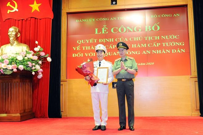 Bộ trưởng Tô Lâm tặng hoa chúc mừng Trung tướng Trần Quốc Tỏ.