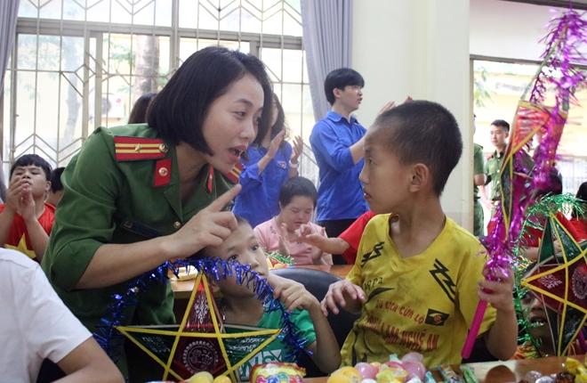 Mang Tết Trung thu đến với trẻ em khuyết tật
