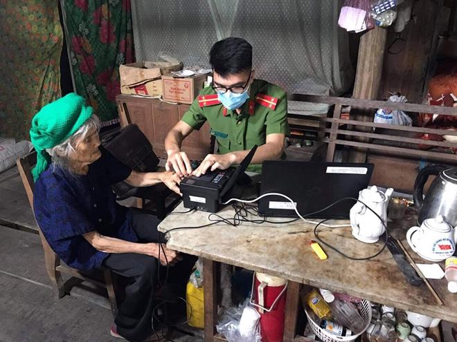 Vào bản làng xa xôi làm thủ tục cấp thẻ CCCD cho người khuyết tật - Ảnh minh hoạ 2