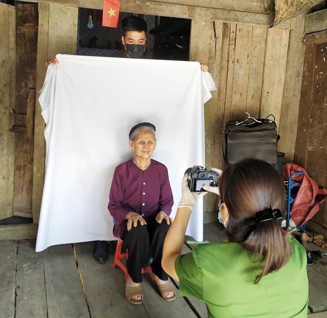 Vào bản làng xa xôi làm thủ tục cấp thẻ CCCD cho người khuyết tật