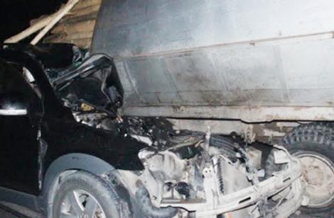 Xe con đâm vào đuôi xe tải, tài xế mắc kẹt tử vong - ảnh 1