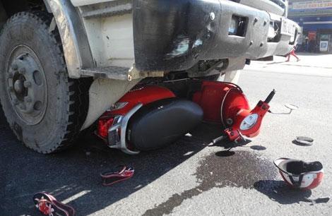 Xe máy bị ô tô chở đất kéo lê - ảnh 1