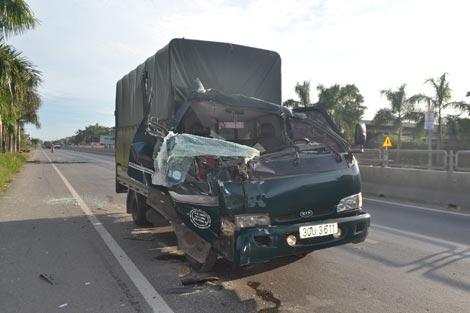 Xe tải đâm đuôi xe tải đang đỗ, vợ tài xế tử vong - ảnh 3