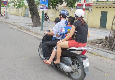 Vẫn tràn lan tình trạng 'quên' đội mũ bảo hiểm cho trẻ - ảnh 1