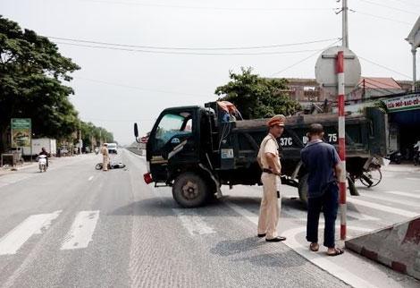 Xe máy phóng nhanh đâm vào đầu xe tải, một người nguy kịch - ảnh 3