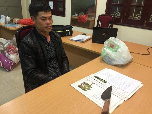 Đối tượng Quang cùng con dao dùng để đe dọa nạn nhân.